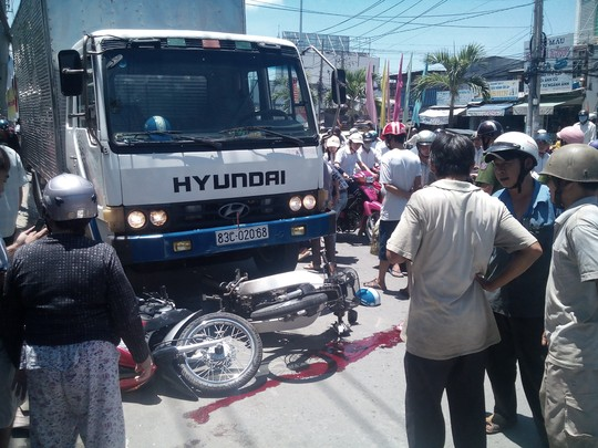 xe tai lao doc dam 4 xe may, 4 nguoi thuong vong - 2