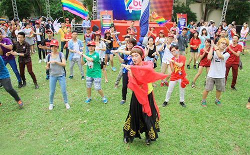 hang tram ban tre nhay flashmob ung ho nguoi dong tinh - 2