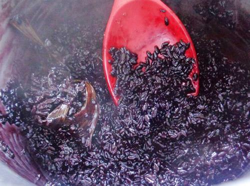 Cách làm sữa chua nếp cẩm ngon mê mẩn - 5