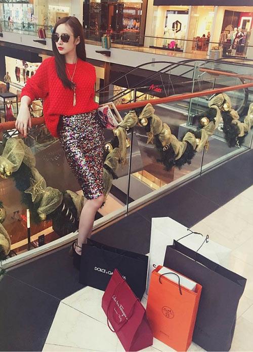 """Người đẹp Á - Âu """"điên cuồng"""" mua sắm hàng hiệu-4"""