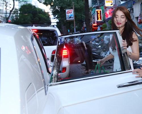 Trương Ngọc Ánh đi xe sang, xách túi trăm triệu ở sân bay-1
