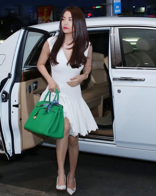 Trương Ngọc Ánh đi xe sang, xách túi trăm triệu ở sân bay-2
