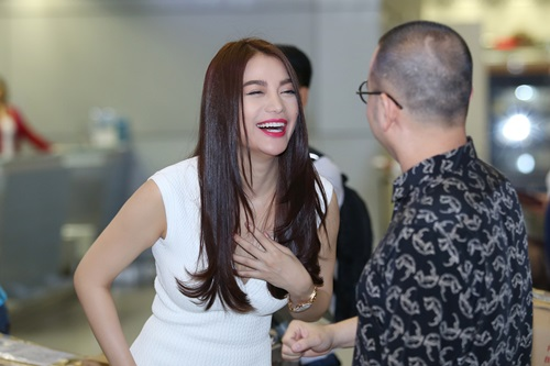 Trương Ngọc Ánh đi xe sang, xách túi trăm triệu ở sân bay-10