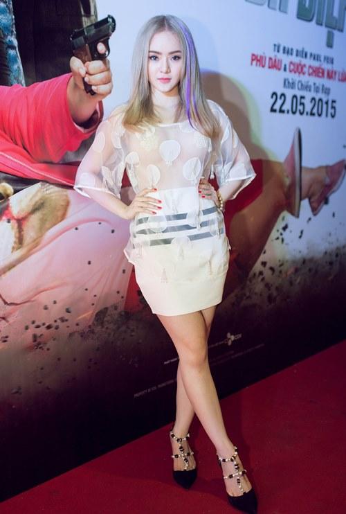 Em gái Angela Phương Trinh diện áo xuyên thấu đi xem phim-1