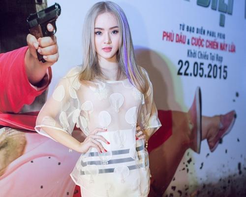 Em gái Angela Phương Trinh diện áo xuyên thấu đi xem phim-2