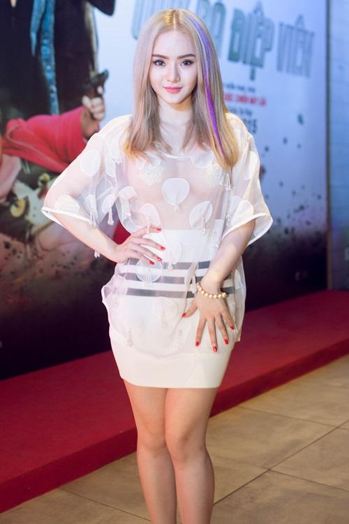 Em gái Angela Phương Trinh diện áo xuyên thấu đi xem phim-3