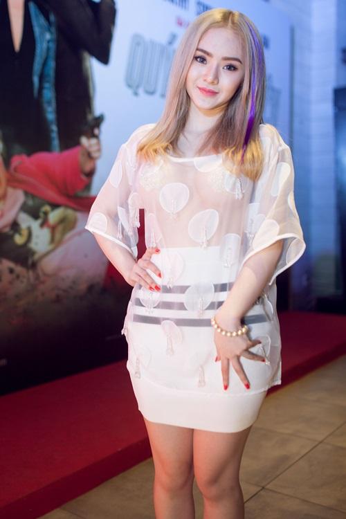 Em gái Angela Phương Trinh diện áo xuyên thấu đi xem phim-4