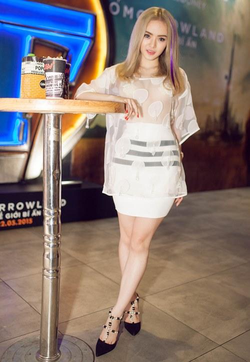 Em gái Angela Phương Trinh diện áo xuyên thấu đi xem phim-5