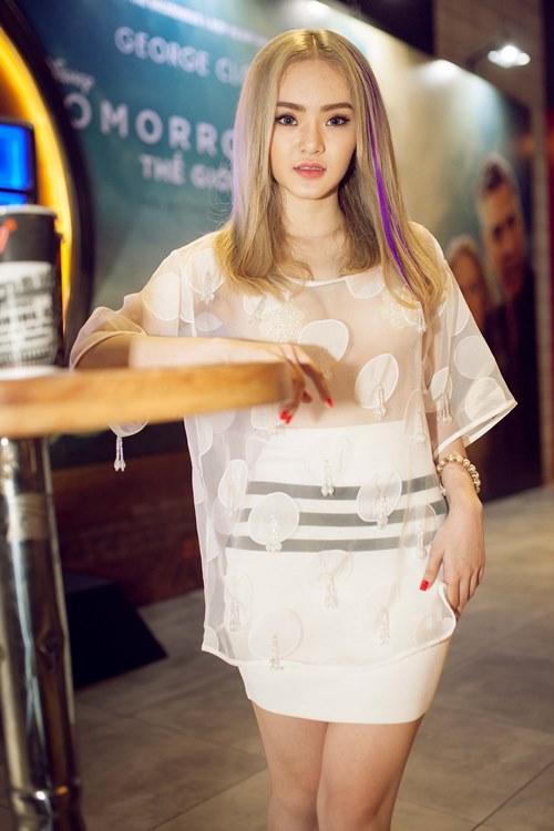 Em gái Angela Phương Trinh diện áo xuyên thấu đi xem phim-6