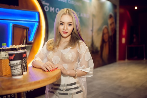 Em gái Angela Phương Trinh diện áo xuyên thấu đi xem phim-7