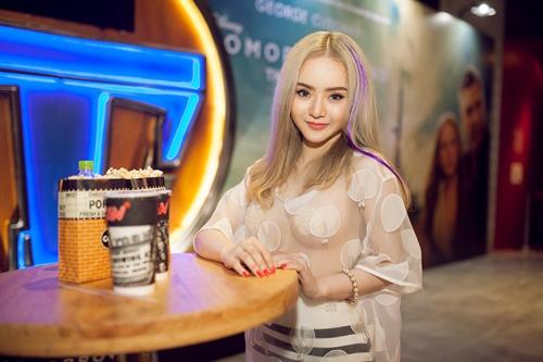 Em gái Angela Phương Trinh diện áo xuyên thấu đi xem phim-8