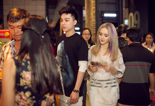Em gái Angela Phương Trinh diện áo xuyên thấu đi xem phim-9