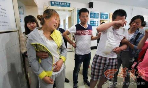 TQ: Bé trai đi tiểu bên đường bị điện giật cháy người-2