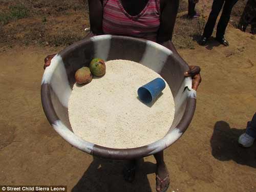 Trẻ mồ côi vì dịch Ebola bán thân để kiếm ăn qua ngày - 4
