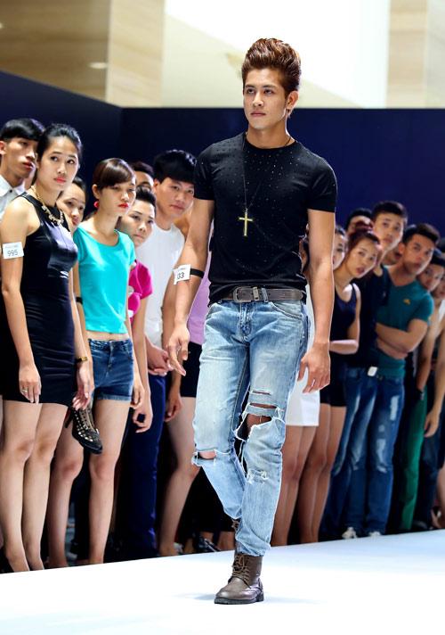 Thanh Hằng quỳ gối thay giày cho thí sinh-11
