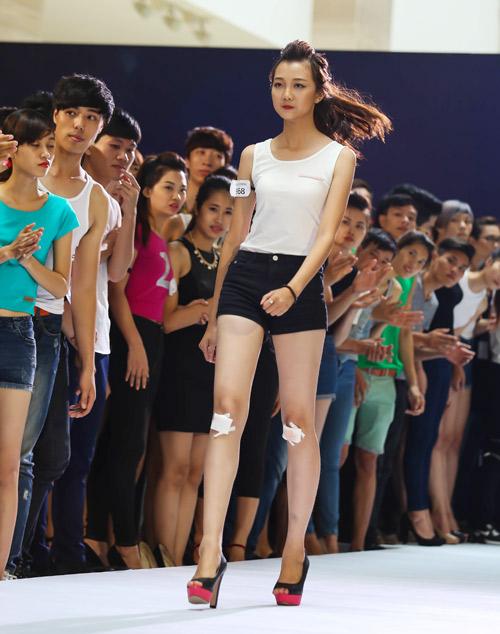 Thanh Hằng quỳ gối thay giày cho thí sinh-14