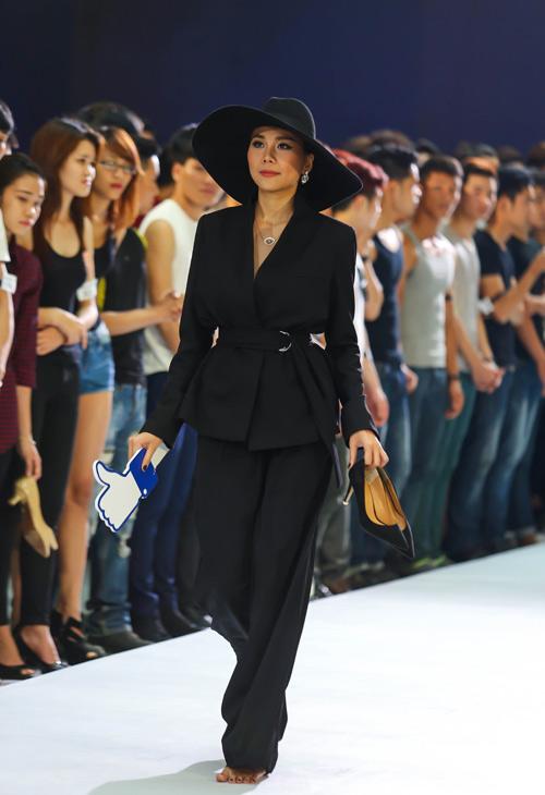 Thanh Hằng quỳ gối thay giày cho thí sinh-4