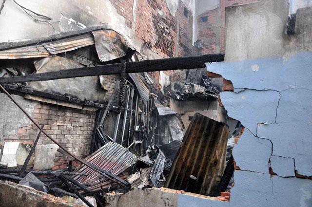 TPHCM: Cứu mẹ con sản phụ giữa ngọn lửa trùm 3 căn nhà-4