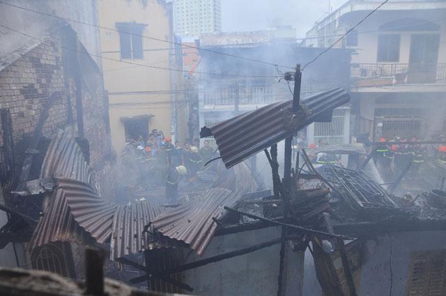 TPHCM: Cứu mẹ con sản phụ giữa ngọn lửa trùm 3 căn nhà-1