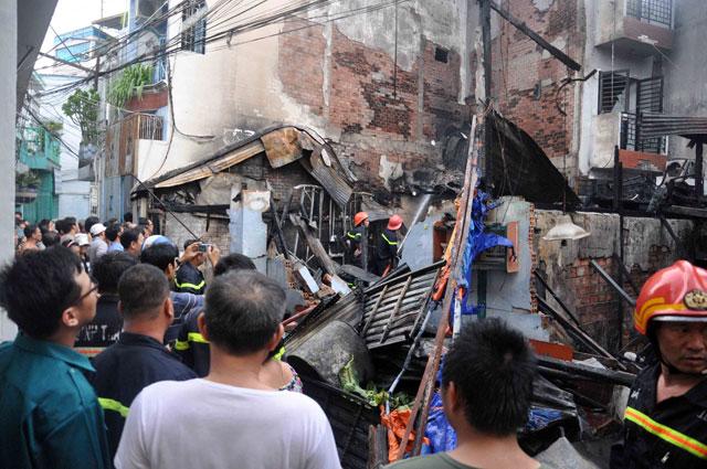 TPHCM: Cứu mẹ con sản phụ giữa ngọn lửa trùm 3 căn nhà-3