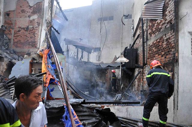 TPHCM: Cứu mẹ con sản phụ giữa ngọn lửa trùm 3 căn nhà-2