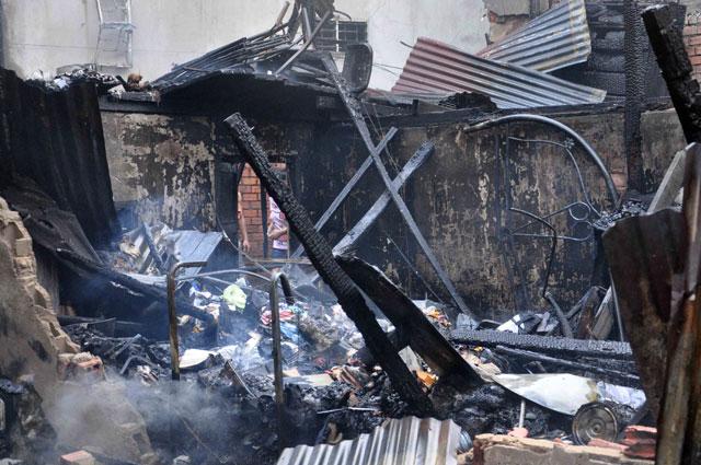 TPHCM: Cứu mẹ con sản phụ giữa ngọn lửa trùm 3 căn nhà-11