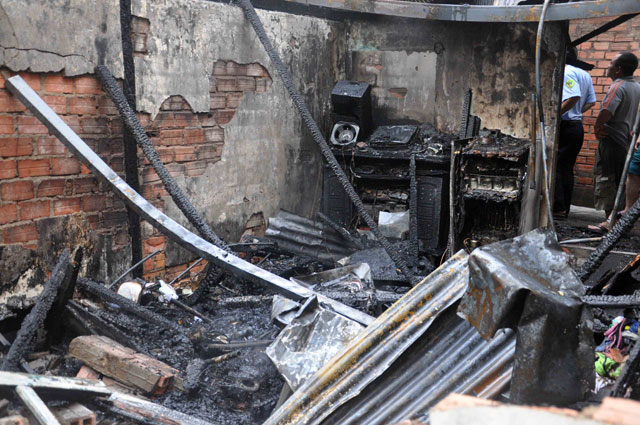 TPHCM: Cứu mẹ con sản phụ giữa ngọn lửa trùm 3 căn nhà-8