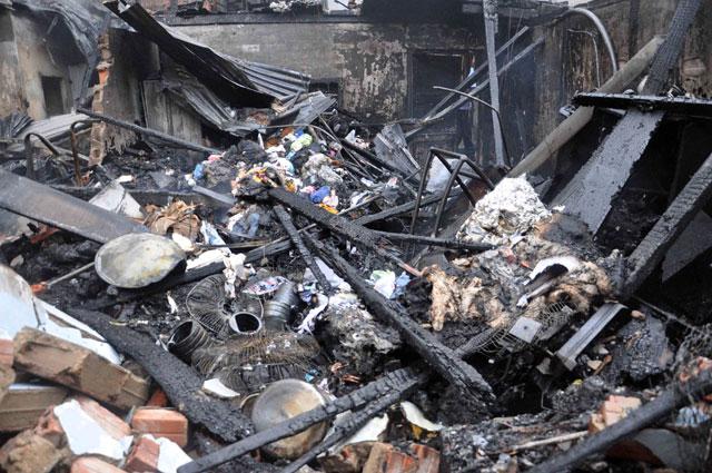 TPHCM: Cứu mẹ con sản phụ giữa ngọn lửa trùm 3 căn nhà-9