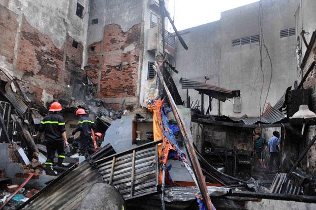 TPHCM: Cứu mẹ con sản phụ giữa ngọn lửa trùm 3 căn nhà-6