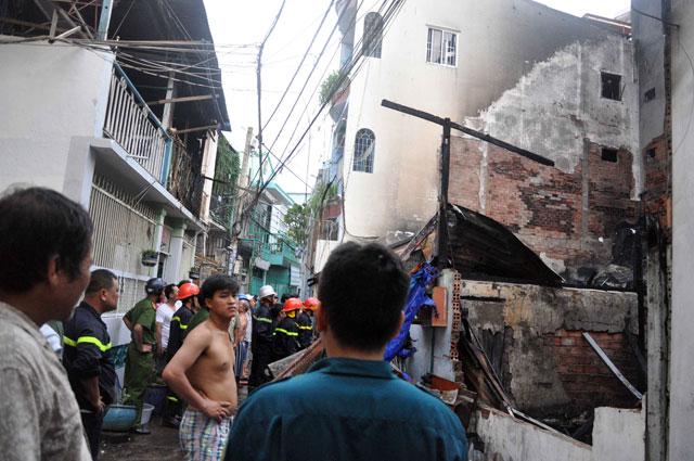 TPHCM: Cứu mẹ con sản phụ giữa ngọn lửa trùm 3 căn nhà-12