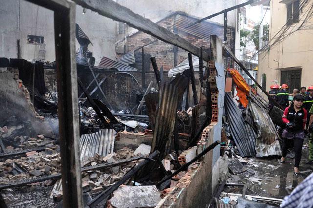 TPHCM: Cứu mẹ con sản phụ giữa ngọn lửa trùm 3 căn nhà-10