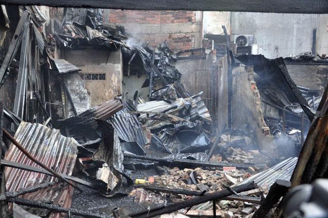 TPHCM: Cứu mẹ con sản phụ giữa ngọn lửa trùm 3 căn nhà-7