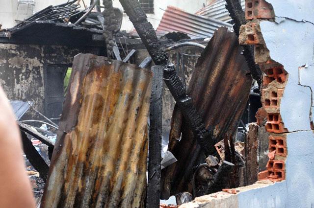 TPHCM: Cứu mẹ con sản phụ giữa ngọn lửa trùm 3 căn nhà-5