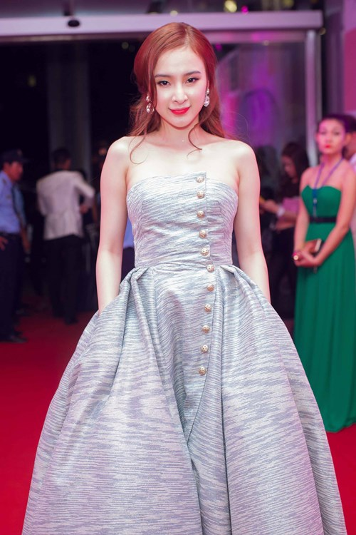 angela phuong trinh the hien dang cap tren tham do - 4