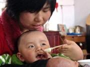 Tin quốc tế - Bà mẹ không tay dùng đôi chân tật nguyền chăm con