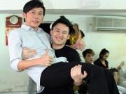 Hậu trường - Dương Triệu Vũ nhí nhảnh bế bổng anh trai Hoài Linh