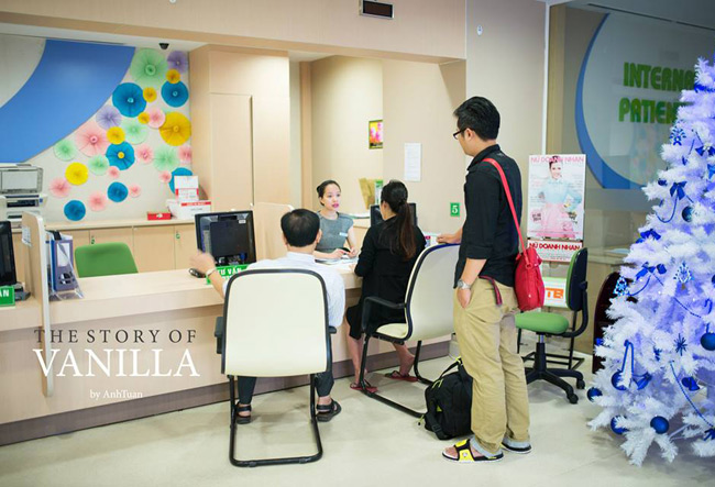 Ca sinh nở của mẹ Ngọc Phượng (thành phố Hồ Chí Minh) diễn ra tại một trong những bệnh viện hiện đại nhất ở Sài Gòn. Với cơ sở vật chất hiện đại cộng với trình độ y bác sĩ có tay nghề cao nên bà mẹ trẻ cảm thấy khá yên tâm và thoải mái. Chính vì vậy với Ngọc Phượng việc đi sinh con như một kỳ nghỉ dưỡng ngắn ngày.  Để lưu lại những ngày tháng ý nghĩa đón con, béVanilla chào đời, vợ chồng cô đã quyết định nhờ một nhiếp ảnh gia đi cùng để ghi lại những hình ảnh trong suốt ca sinh mổ của mình.  Tính cho đến thời điểm hiện tại, ca sinh nở của bà mẹ trẻ đã diễn ra được hơn 4 tháng. Được sự đồng ý của Ngọc Phượng, xin chia sẻ toàn bộ quá trình sinh nở của bà mẹ này tới chị em bầu bí.