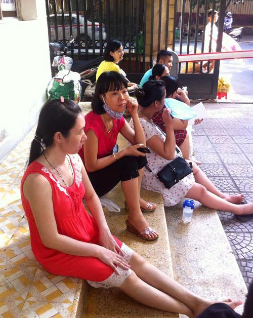 """nang nong, me bau """"toat mo hoi hot"""" cho kham thai - 3"""