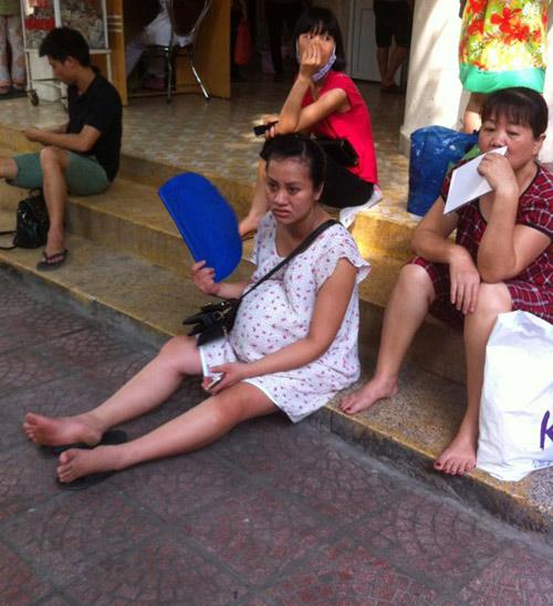 """nang nong, me bau """"toat mo hoi hot"""" cho kham thai - 4"""