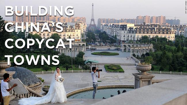 Nếu bạn là một nhà đầu tư lắm tiền nhiều của, một kiến trúc sư mong tọa ra những tuyệt tác. Vậy thì bạn sẽ làm gì?  Nếu bạn sống ở Trung Quốc thì có lẽ bạn cũng sẽ tạo nên cho mình một thị trấn bản sao. Gọi là vậy vì tất cả những công trình ở đây đều thu nhỏ của những kiệt tác kiến trúc thật sự và nổi đình nổi đám trên thế giới.  Trong hình này bạn sẽ thấy phía xa xa là tháp Eiffel của Paris, Nhà Trắng ở Mỹ, Venice xinh đẹp và cả cầu tháp nổi tiếng của London. Tất cả gói gọn trọng một khu bất động sản ở phía Đông Trung Quốc - Hàng Châu.