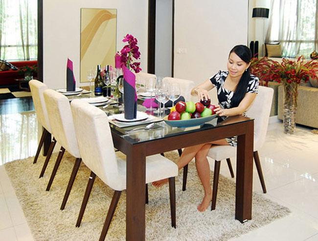 Căn hộ của gia đình ca sĩ Cẩm Ly rộng gần 400m2 tại Sài Gòn. Rộng rãi và tiện nghi, ngôi nhà luôn đẹp mắt dưới bàn tay chăm sóc của cô.