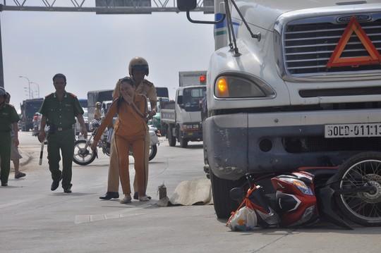 Bé gái 9 tuổi khóc thét, kêu người dân cứu mẹ dưới gầm container-3
