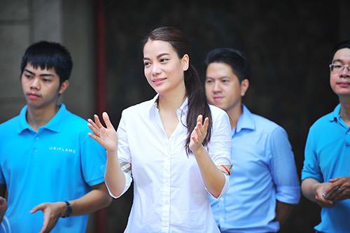 Trương Ngọc Ánh giản dị đi thăm trẻ mồ côi-1