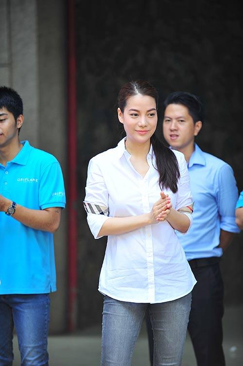 Trương Ngọc Ánh giản dị đi thăm trẻ mồ côi-2