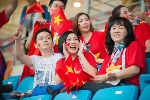 Á hậu Dương Tú Anh cháy hết mình cổ vũ U23 Việt Nam-1