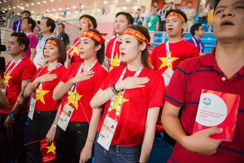 Á hậu Dương Tú Anh cháy hết mình cổ vũ U23 Việt Nam-6