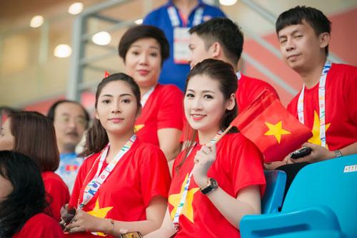 Á hậu Dương Tú Anh cháy hết mình cổ vũ U23 Việt Nam-4