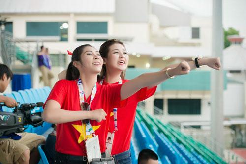 Á hậu Dương Tú Anh cháy hết mình cổ vũ U23 Việt Nam-5