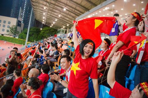 Á hậu Dương Tú Anh cháy hết mình cổ vũ U23 Việt Nam-8