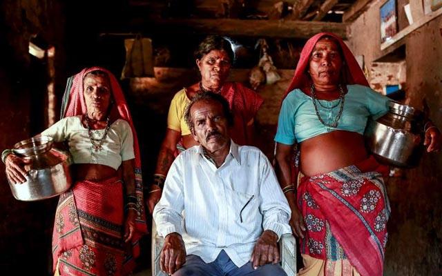 Đàn ông Ấn Độ cưới thêm vợ để xếp hàng gánh nước-1